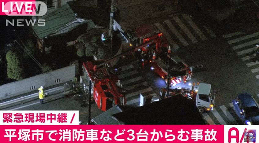 神奈川県平塚市横内の消防車横転事故のニュースのキャプチャ画像