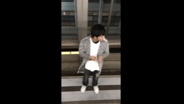 中学生が線路に侵入してタバコを吸う様子の画像