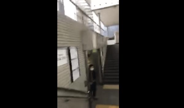 「1a出口の男」が女性にストーカー行為をする画像