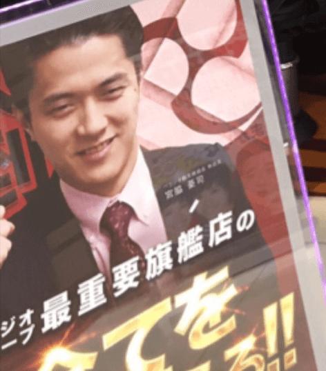 ベラジオ横堤店の店内に置かれている店長の顔が写っているパネルの画像