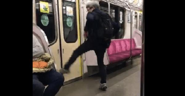 小田急線の電車内でおばあさんが暴言を吐きながらドアを蹴る画像