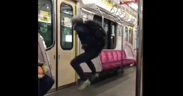 小田急線の激怒お婆さんの電車内で暴れる画像