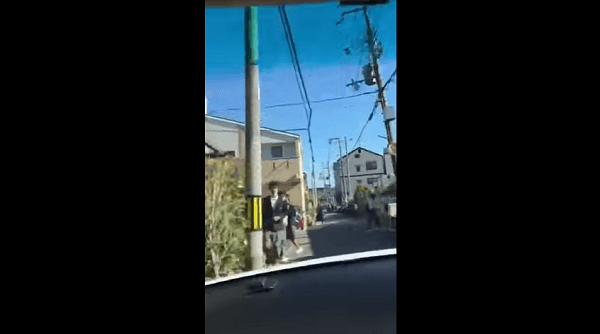 Twitterに投稿された門真市の通学路を猛スピードでで走り抜ける動画のキャプチャ画像