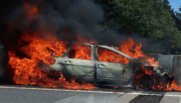 新東名の長泉沼津ICで車両火災のニュースキャプチャ画像