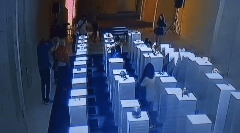 女性が展示品に倒れ込み台座がドミノ倒しとなるキャプチャ画像