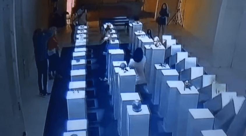 作品の置かれた台座11台が将棋倒しとなるキャプチャ画像