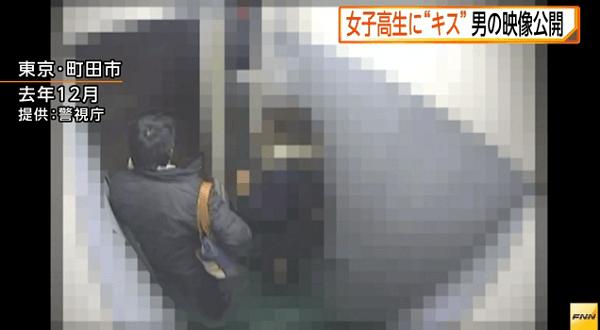 犯人がエレベーターから降りようとする画像