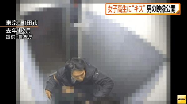 男が女子高生をエレベーターの壁に押さえつける画像