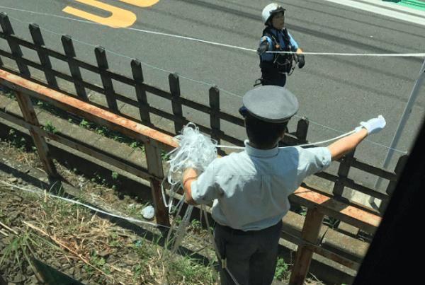 横浜線で電車にビニールテープが絡まるニュースキャプチャ画像