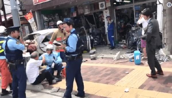 葛飾区小菅の自転車店に車が突っ込む衝突事故のニュースキャプチャ画像