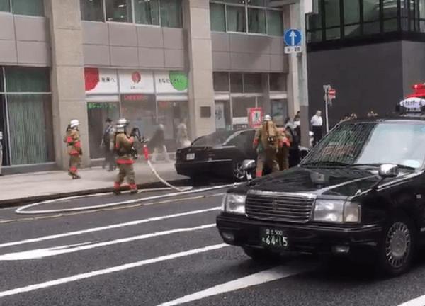 日本橋でベンツ炎上する車両火災のニュースキャプチャ画像