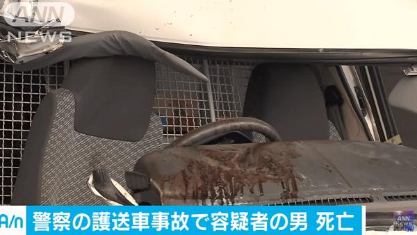 護送車とトレーラーが衝突事故のニュースキャプチャ画像