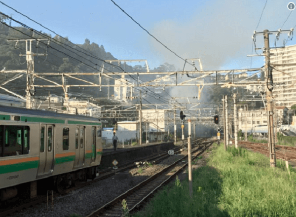 熱海駅付近で沿線火災のニュースキャプチャ画像