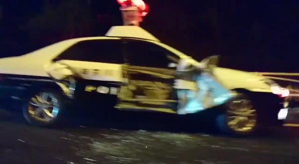 コミケにママチャリで行く(@DJ_FLANDRE)さんに職質してトラックに破壊されたパトカーの写真画像