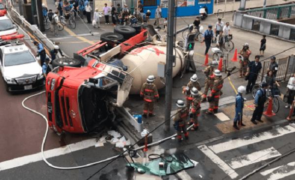 王子駅前でミキサー車が横転事故のニュースキャプチャ画像