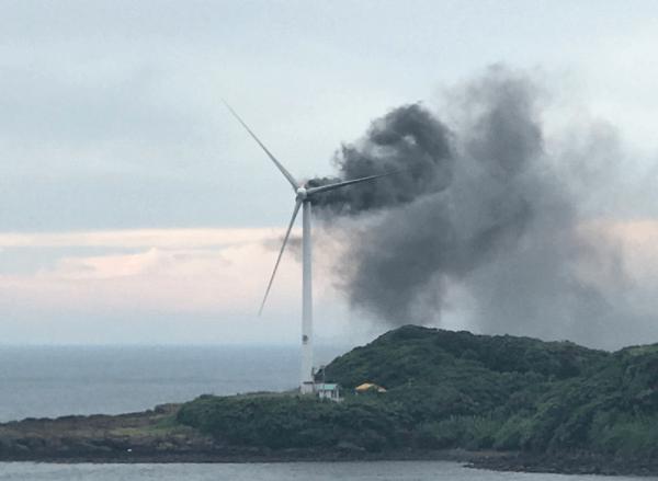 唐津市鎮西町の串崎風力発電所の風車が火災のニュースキャプチャ画像