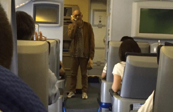 松山千春さんが機内で熱唱する様子の画像
