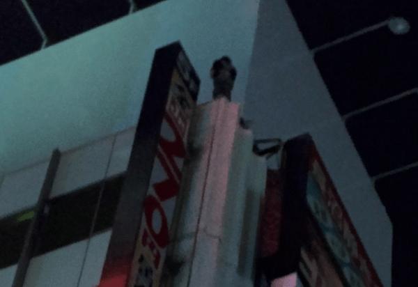 千葉駅前のビルで飛び降り自殺を図ろうとしている男性のニュースキャプチャ画像