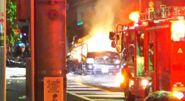 練馬区石神井の新青梅街道で発生中のガス爆発火災の現場写真画像