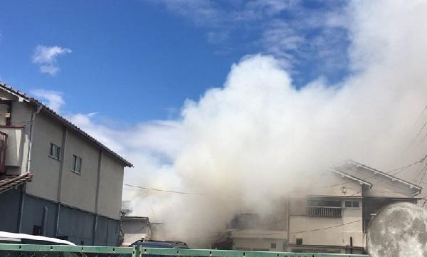 鴫野駅の近くの火事現場の写真画像