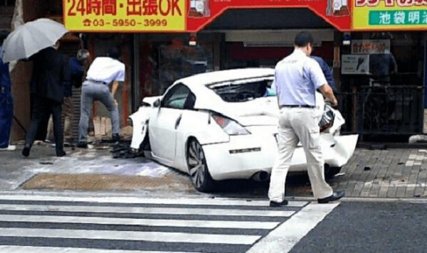豊島区雑司が谷の明治通りの建物にフェアレディZ突っ込む事故のニュースキャプチャ画像