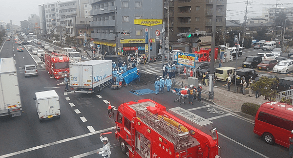 柏市あけぼのでトラックとダンプカーの交通事故のニュースキャプチャ画像