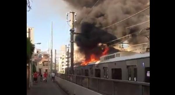 小田急線の火事現場の写真画像(燃えている電車)
