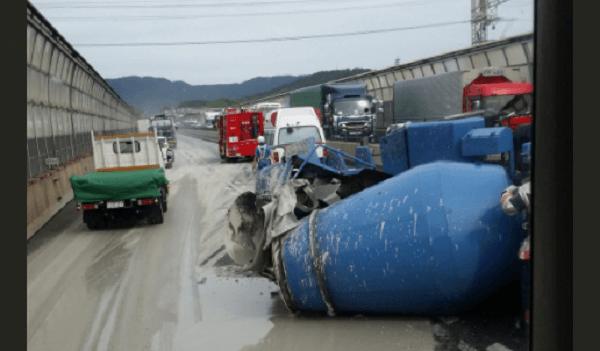 名神高速でミキサー車が横転事故のニュースキャプチャ画像