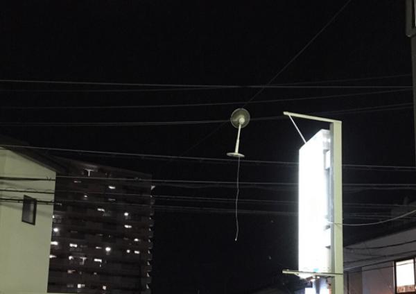 扇風機が電線に引っかかる画像