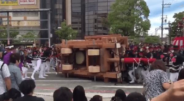 岸和田だんじり祭で中町のだんじり横転事故の画像