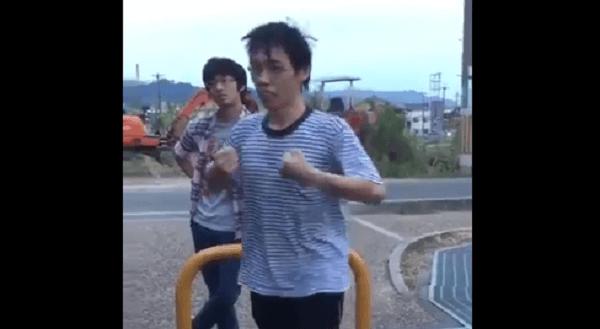 拳で抵抗する男性の画像