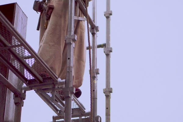 j_工事現場で足場作業の画像