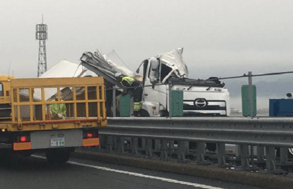 名神高速の大垣IC付近でトラック大破の多重事故のニュースのキャプチャ画像