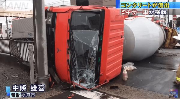 水戸市平須町でミキサー車が横転事故の画像