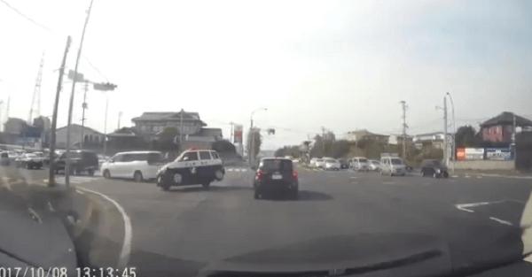 八戸市新井田四本松でパトカーが横転事故のドラレコのキャプチャ画像