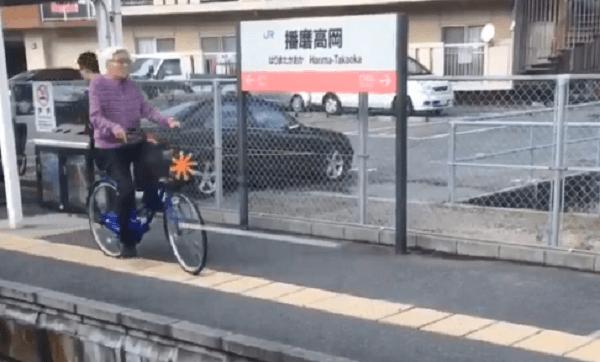 おじいさんがホームを自転車で駆け抜ける動画の画像
