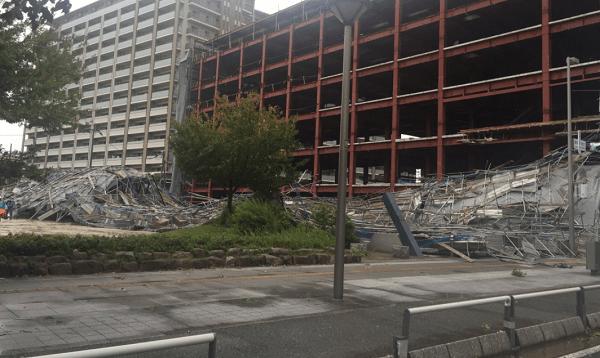 福岡県の千早駅付近の工事現場で足場倒壊事故の画像