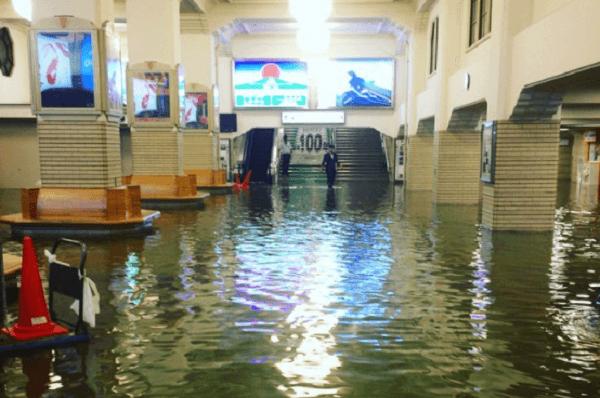 宇治山田駅が冠水し銭湯状態の画像