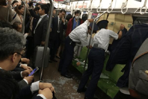 日比谷線で電車の窓ガラスが割れた現場の画像