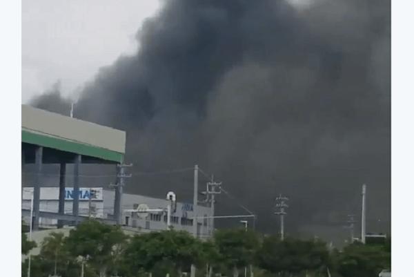 沖縄県糸満市の西崎工業団地で火事の画像