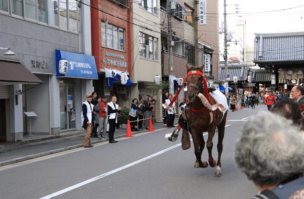大阪天満宮で流鏑馬神事の馬が脱走