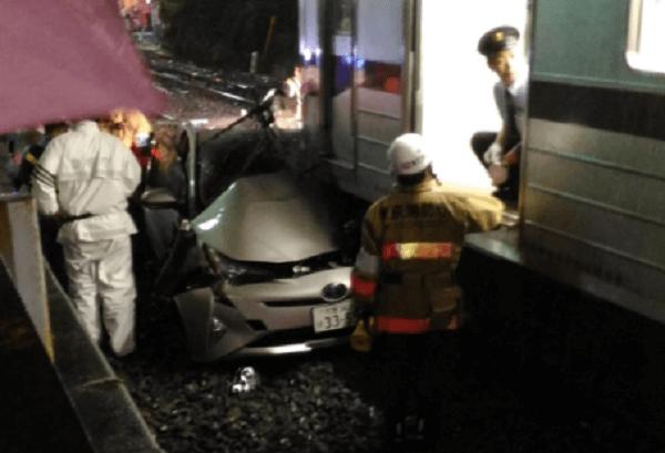 東武東上線でプリウスと電車が衝突事故の画像