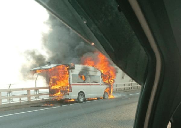 神奈川5号大黒線で救急車が炎上している画像