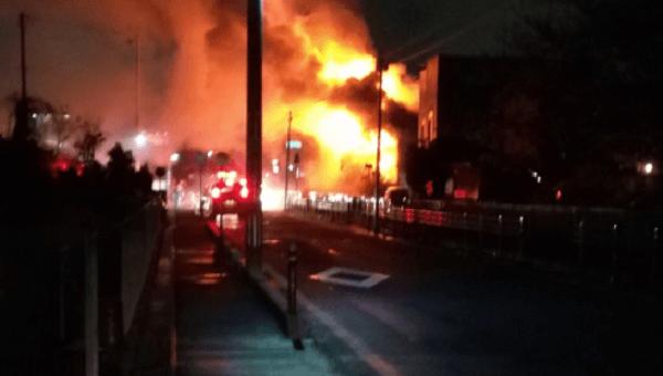 郡山市名倉で建物が激しく燃える火事の画像