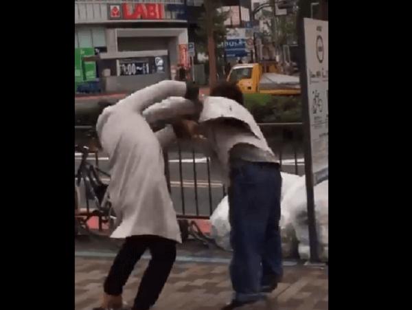 新宿でホームレスと男性の喧嘩の画像