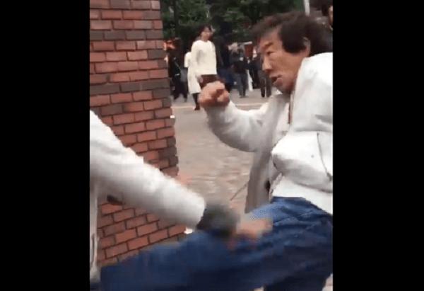 新宿区のエスパス前でおじさん同士の喧嘩の画像
