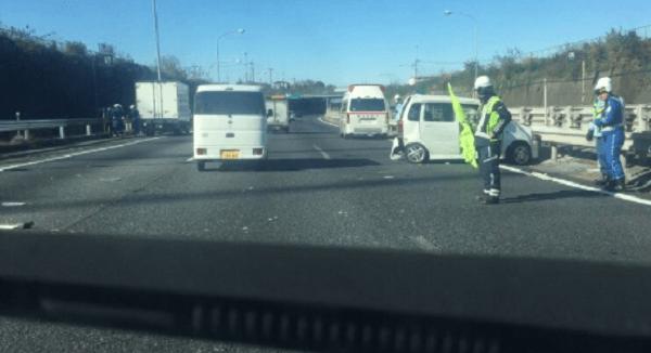 関越道下り線の新座料金所付近で衝突事故の画像