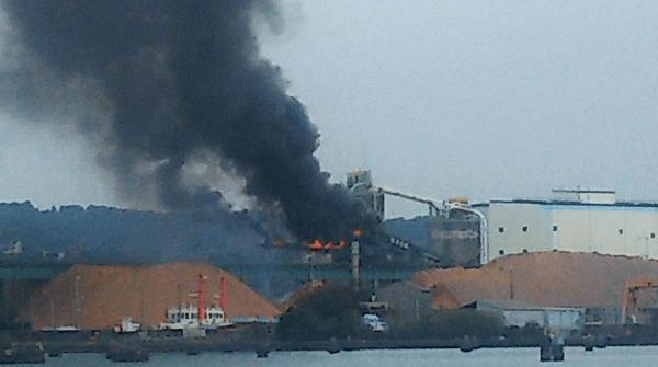 静岡市清水区の清水港で火事の画像