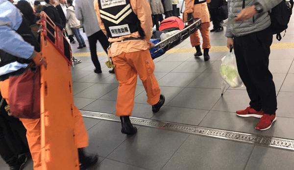 京浜東北線の川口駅の人身事故で電車にはねられた方を救助している現場の画像