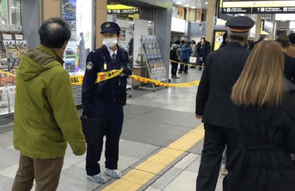 天王寺駅で事件が起き警察が現場検証を行っている画像